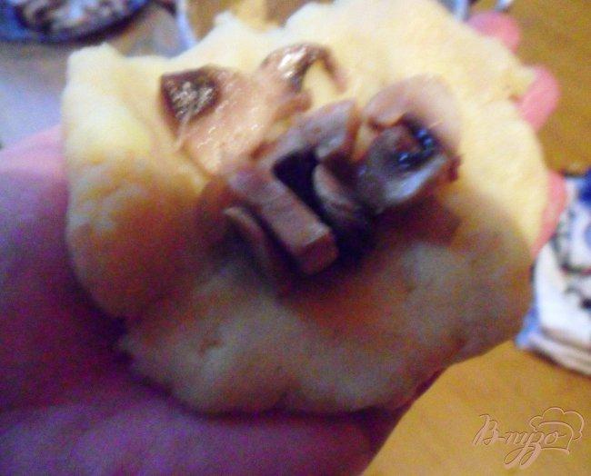 Фото приготовление рецепта: Картофельные зразы с грибами и грибным соусом шаг №5