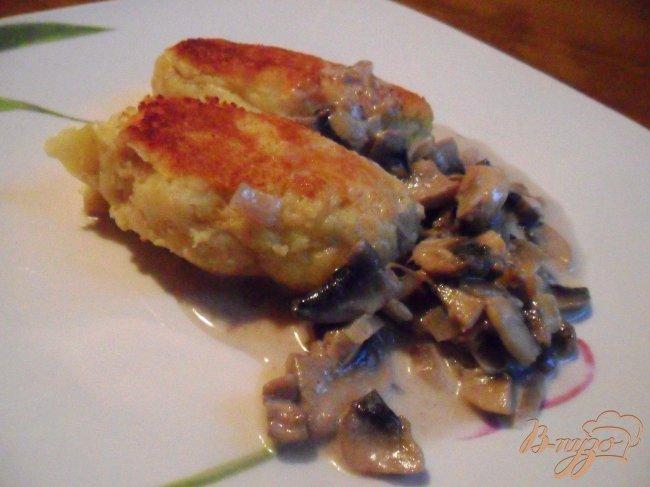 Фото приготовление рецепта: Картофельные зразы с грибами и грибным соусом шаг №8