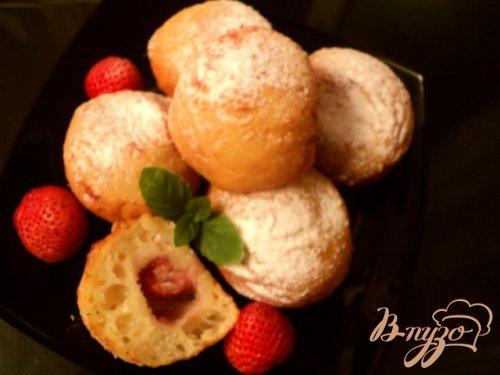 Творожные пончики с клубникой.