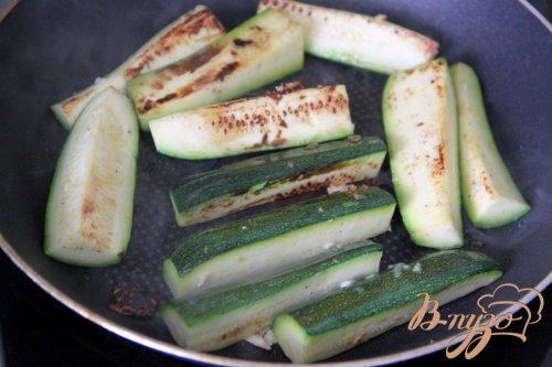 Закуска из цуккини с фетой, зеленью и вялеными помидорами