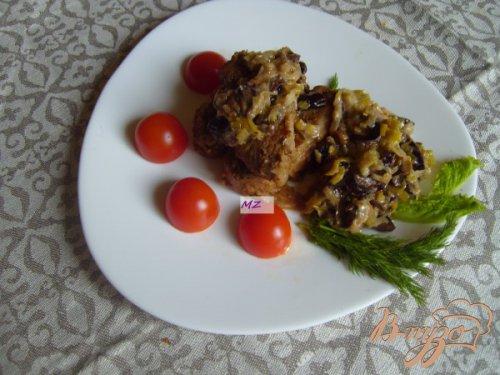 Свинина запеченная в рукаве с соусом из лука порея и чернослива