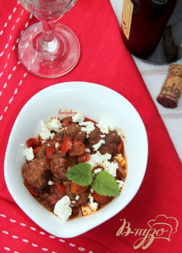 Мясные шарики в пряном томатном соусе с фетой