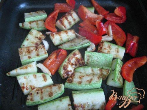 Тeплый салат из перловки с овощами.