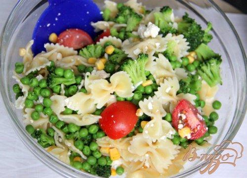 Холодный салат с фарфалле, овощами и йогуртовой заправкой