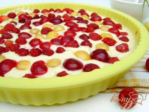 Летний медовый пирог с ягодами