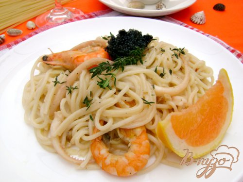 Спагетти с морепродуктами и шампиньонами