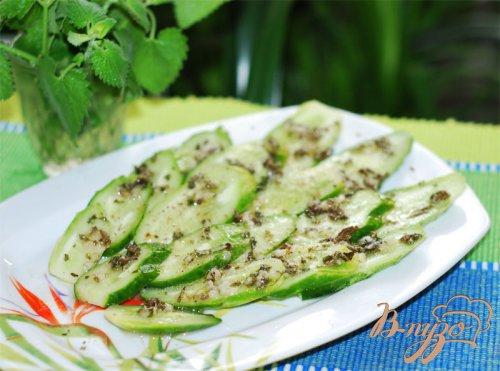 Салат из огурцов с мятой.