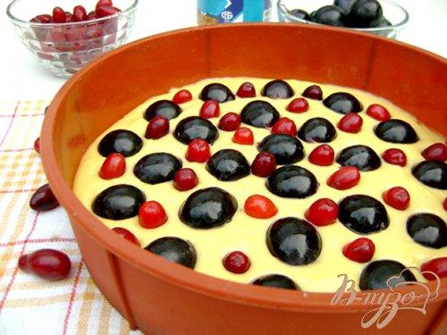 Пирог на сгущенном молоке с виноградом и кизилом