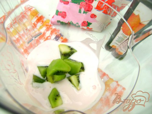 Йогуртовый коктейль с кислинкой:)