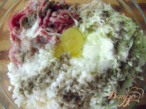 Мясные котлеты в кукурузной панировке с капустой и рисом