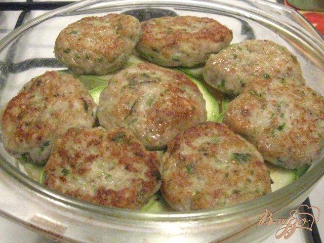 Фото приготовление рецепта: Овощная запеканка с рыбными котлетами шаг №6