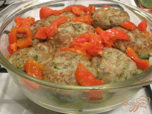 Фото приготовление рецепта: Овощная запеканка с рыбными котлетами шаг №7