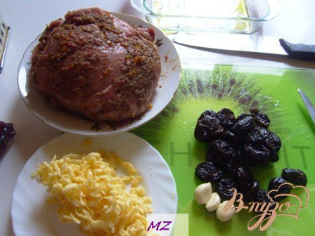 Мясо запеченное с черносливом и сыром