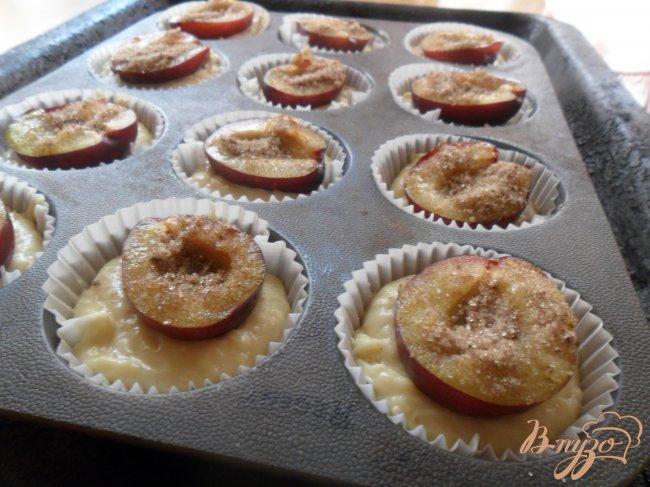 Фото приготовление рецепта: Кексы со сливами шаг №4