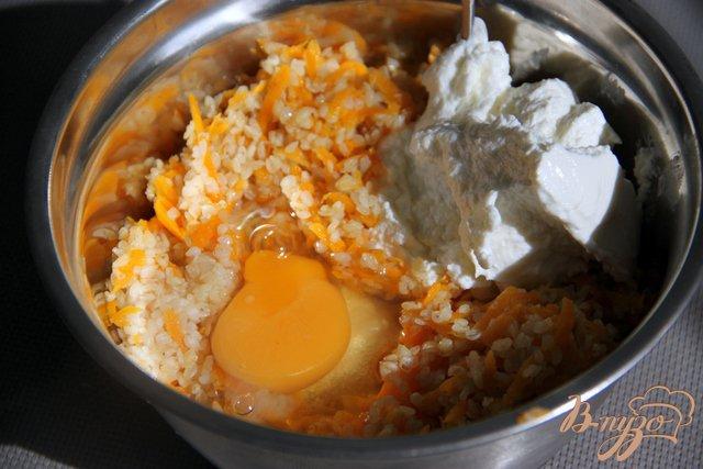 Фото приготовление рецепта: Морковно-творожная запеканка с крупкой шаг №3