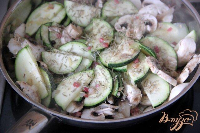Фото приготовление рецепта: Запеканка из цукини с шампиньонами,  под моцареллой шаг №2