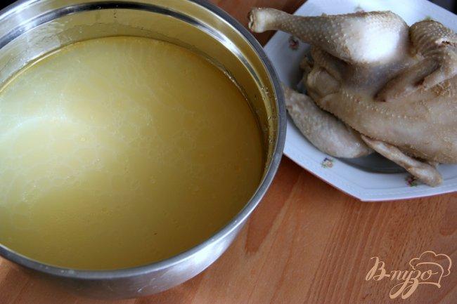 Фото приготовление рецепта: Бульон из петушка или из частей курицы ? Два варианта разных кухонь. шаг №3