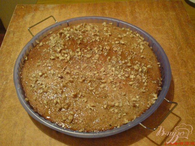 Фото приготовление рецепта: Манник с сиропом и грецкими орехами шаг №7