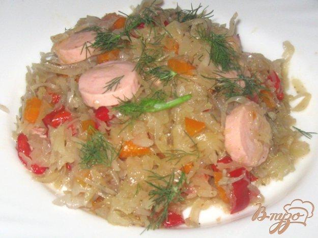 фото рецепта: Тушеная капуста с болгарским перцем и сосисками