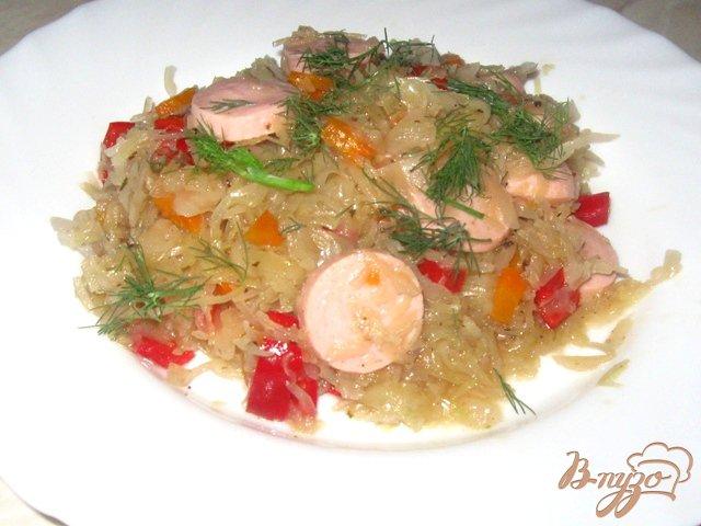 Фото приготовление рецепта: Тушеная капуста с болгарским перцем и сосисками шаг №5