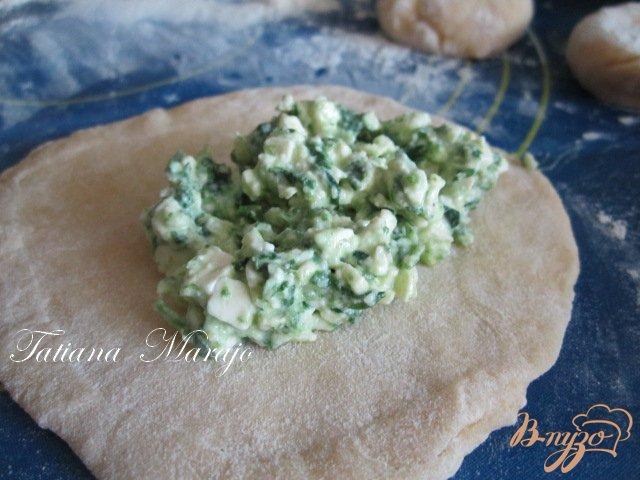 Фото приготовление рецепта: Шoсоны с малосольной брынзой и шпинатом шаг №3