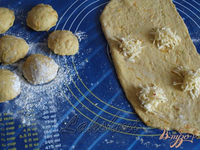 Фото приготовление рецепта: Куоричини из тыквы с сырной начинкой шаг №2