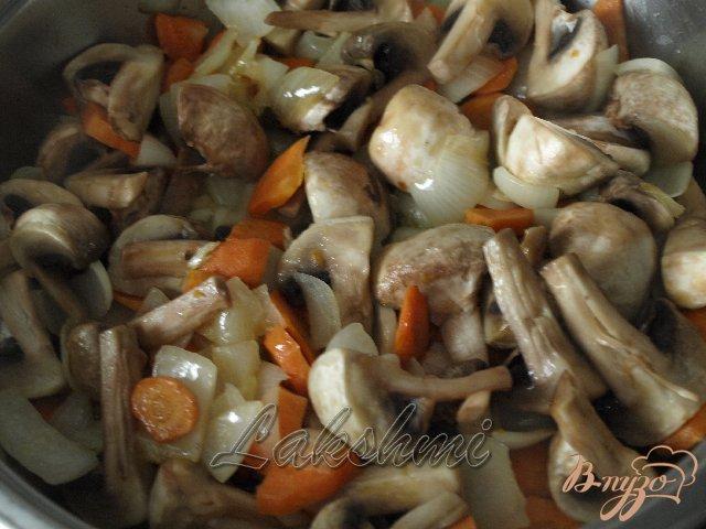Фото приготовление рецепта: Грибной гуляш в хлебных мисочках шаг №3