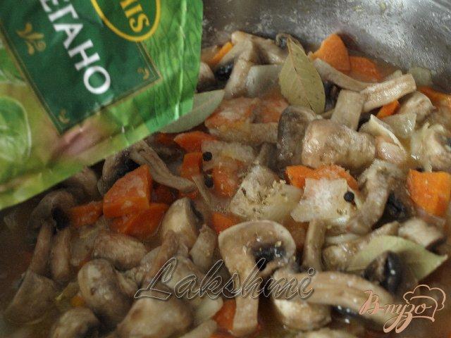 Фото приготовление рецепта: Грибной гуляш в хлебных мисочках шаг №4