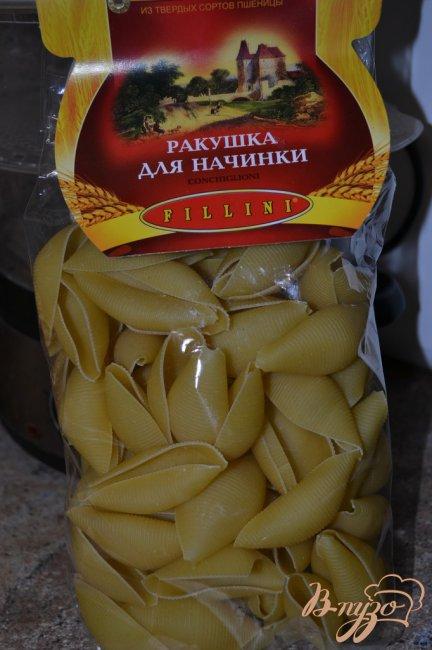 Фото приготовление рецепта: Фаршированные ракушки под грибным соусом. шаг №1