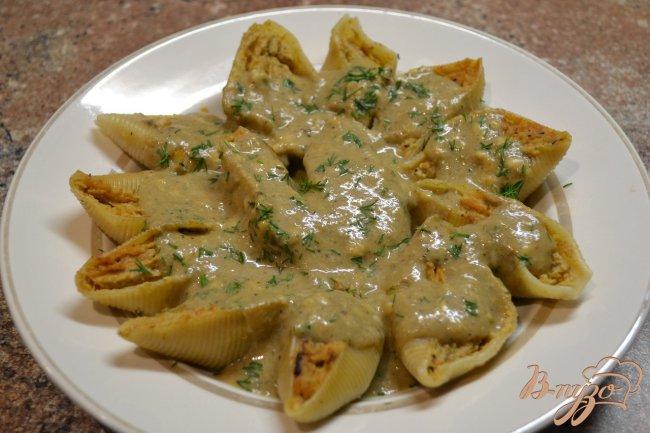 Фото приготовление рецепта: Фаршированные ракушки под грибным соусом. шаг №5