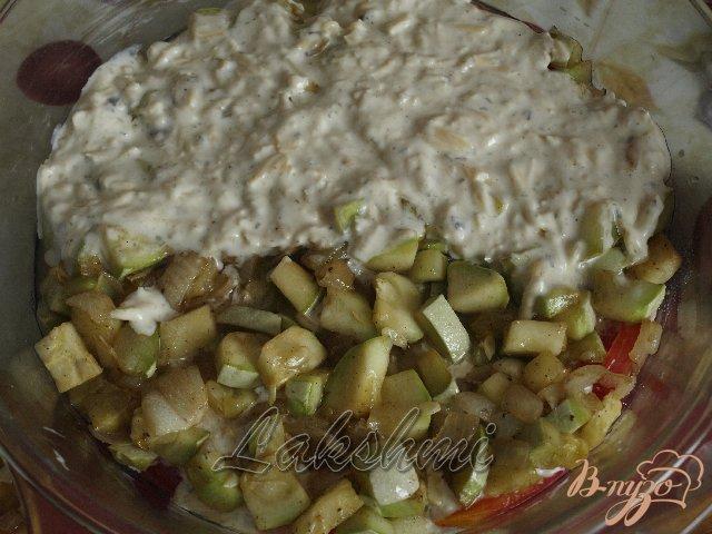 Фото приготовление рецепта: Помидоры с кабачками в сырной заливке шаг №3