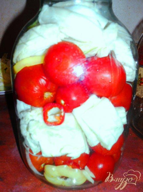 Фото приготовление рецепта: Маринованные помидоры с капустой шаг №5
