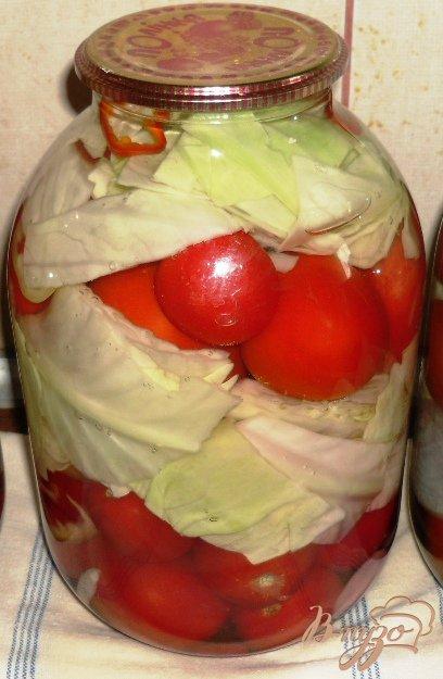 Фото приготовление рецепта: Маринованные помидоры с капустой шаг №6