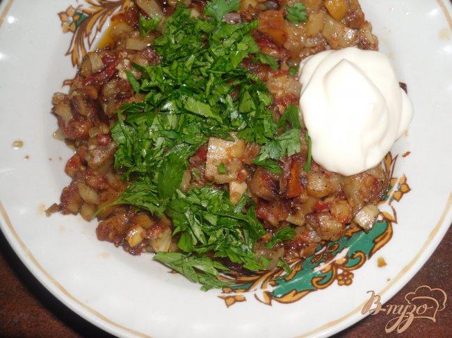 Фото приготовление рецепта: Шампиньоны фаршированные овощами шаг №4