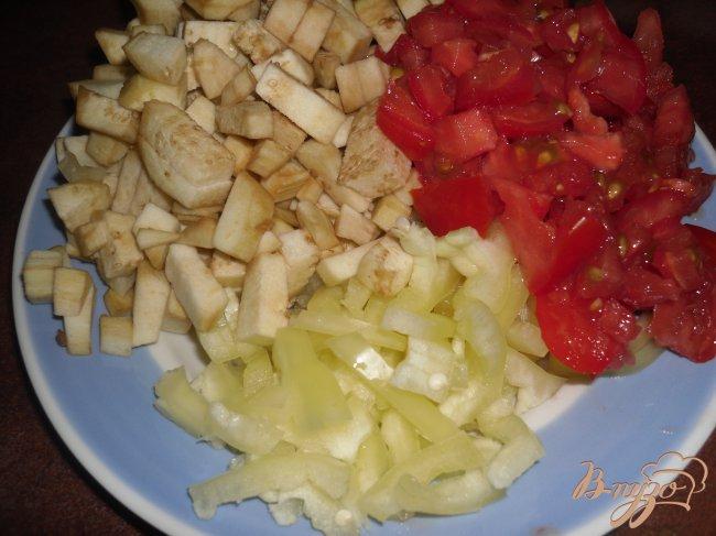 Фото приготовление рецепта: Шампиньоны фаршированные овощами шаг №3