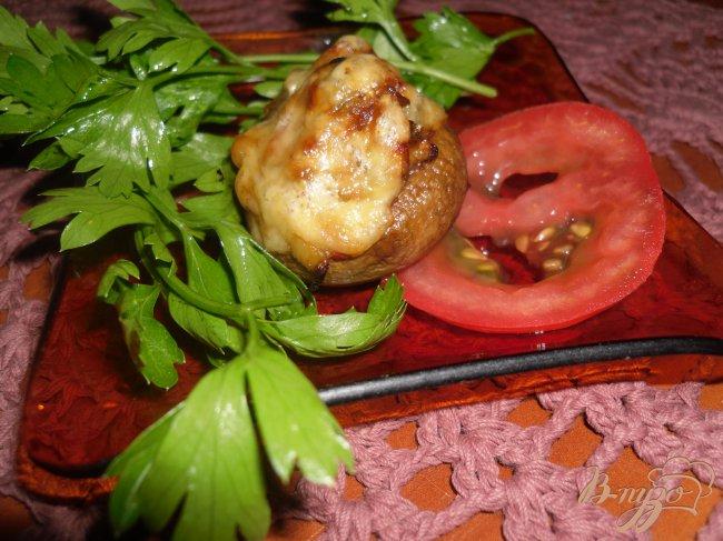 Фото приготовление рецепта: Шампиньоны фаршированные овощами шаг №7