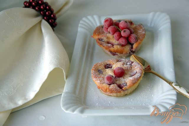 Фото приготовление рецепта: Творожные запеканки с красной смородиной шаг №4