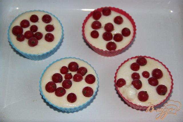 Фото приготовление рецепта: Творожные запеканки с красной смородиной шаг №3