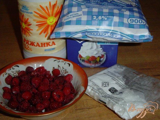 Фото приготовление рецепта: Коктейль слоеный из малины и ряженки шаг №1