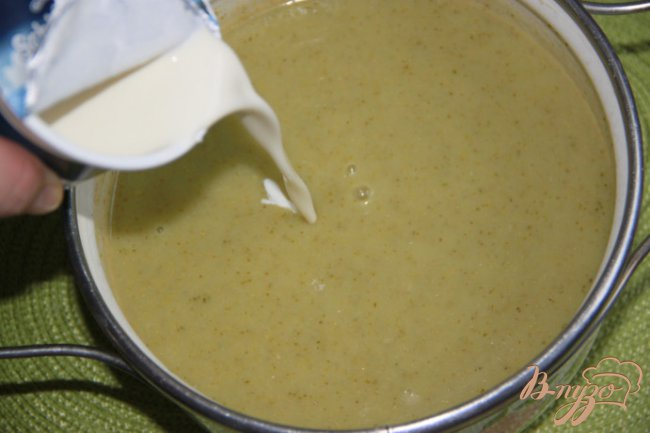 Фото приготовление рецепта: Крем-суп из картофеля и брокколи с сёмгой шаг №5