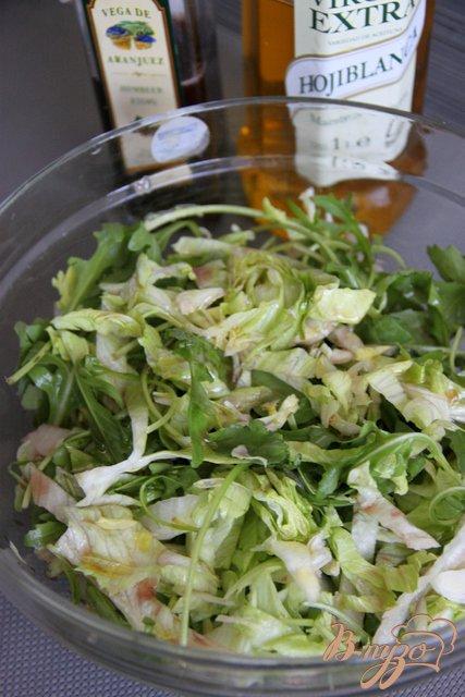 Фото приготовление рецепта: Салат с  рукколой, виноградом, горгонзолой и миндальными лепестками шаг №4