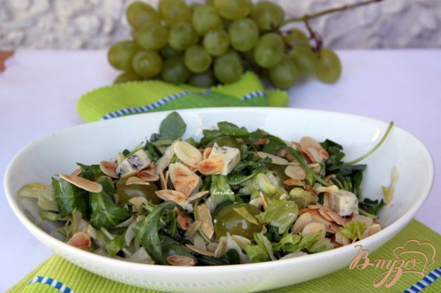 фото рецепта: Салат с  рукколой, виноградом, горгонзолой и миндальными лепестками
