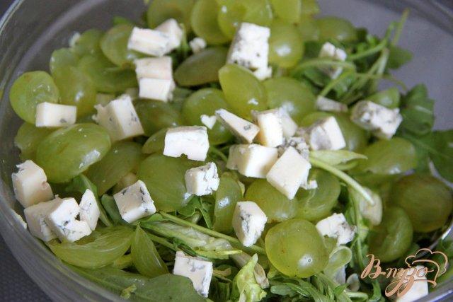 Фото приготовление рецепта: Салат с  рукколой, виноградом, горгонзолой и миндальными лепестками шаг №5