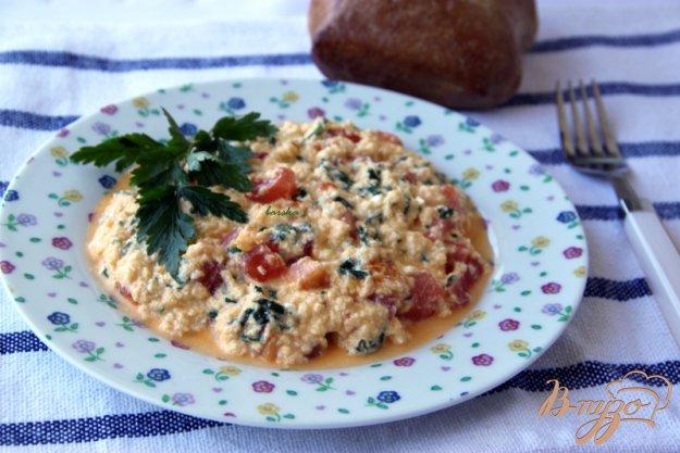 Рецепт Яичница-болтунья с помидорами и фетой