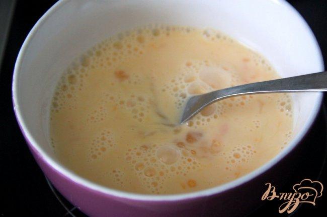 Фото приготовление рецепта: Яичница-болтунья с помидорами и фетой шаг №1