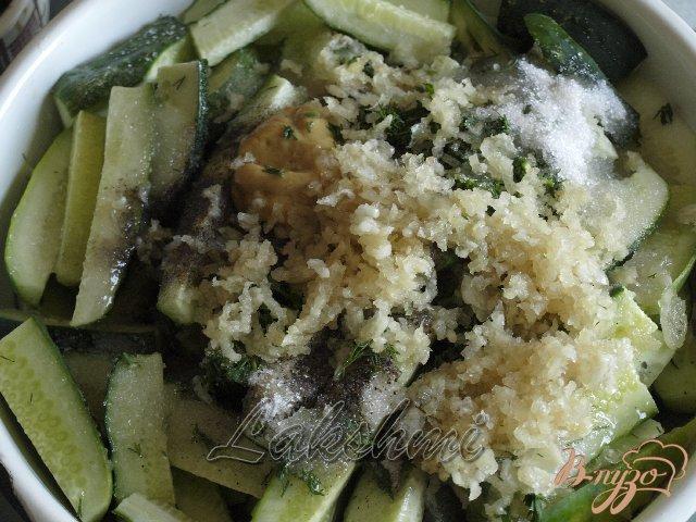 Фото приготовление рецепта: Острый салат из огурцов шаг №2