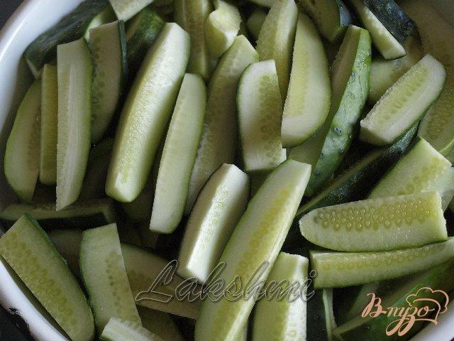 Фото приготовление рецепта: Острый салат из огурцов шаг №1