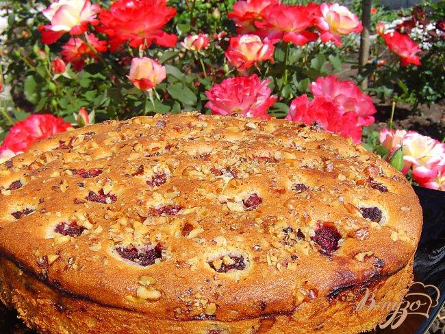 Фото приготовление рецепта: Пирог с малиной и орехами шаг №8