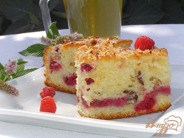 фото рецепта: Пирог с малиной и орехами