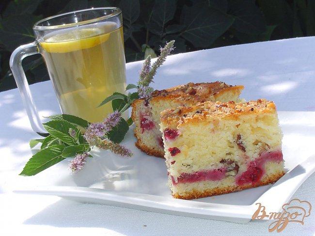 Фото приготовление рецепта: Пирог с малиной и орехами шаг №9